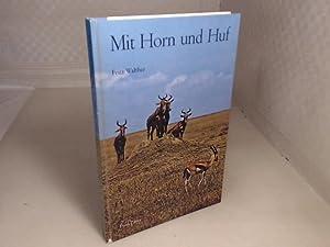 Mit Horn und Huf. Vom Verhalten der: Walther, Fritz.