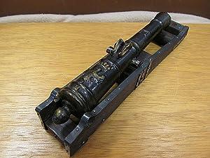 Spielzeug-Kanone auf fahrbarer Holz-Lafette ( beiliegend: Kleine Kanone auf Holzlafette ).