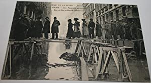CRUE DE LA SEINEJanvier 1910. 329PARISUne Passerelle: Carte Postale