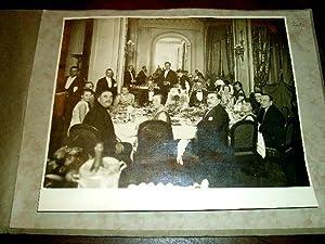 Photographie en noir et blanc d'un banquet réuinissant des: PHOTOGRAPHIE