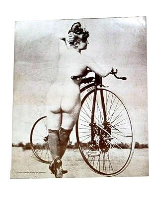 Affiche sur papier glacé des années 70 représentant une femme nu avec un v&...