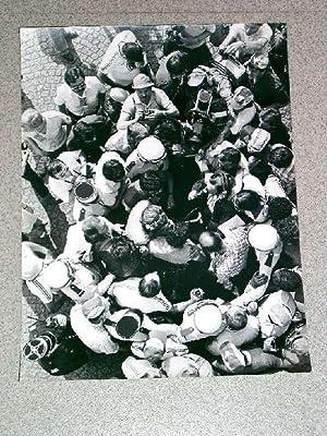 Très grande photographie originale de presse du Tour de France représentant un groupe...