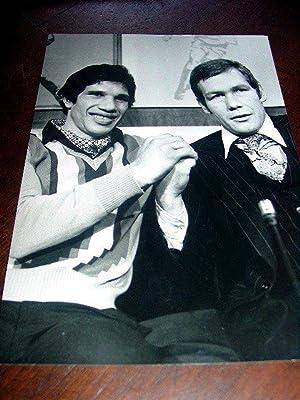 Très belle photographie de presse de Gratien TONNA et Kevin FINNEGAN avant leur rencontre.: PHOTO -...