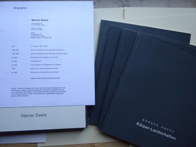 Katalogmappe mit den vier Katalogen: Körper-Landschaften; Konstruierte Landschaften Teil 1 und Konstruierte Landschaften Teil 2 (und) Steine-Landschaften.
