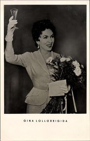 Ansichtskarte / Postkarte Schauspielerin Gina Lollobrigida, Blumenstrauß,