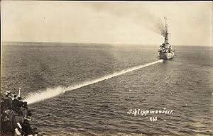 Foto Ansichtskarte / Postkarte Deutsche Kriegsschiffe, Schleppmanöver,