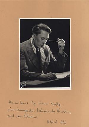 Portraitphotographie (Studio) Fayer, Halbfigur sitzend im Halbprofil mit Pfeife über Noten. ...