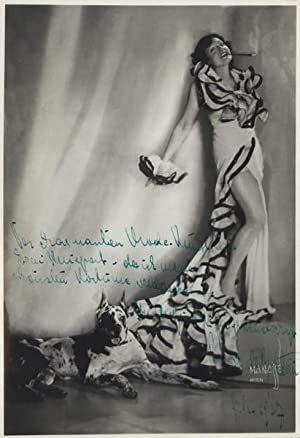 Glamourportrait von Sylvia de Bottoni, ganze Figur in langem Kleid mit deutscher Dogge. ...