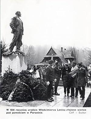 W 104 rocznice urodzin Wlodzimierza Lenina zlozono: Maciej Sochor