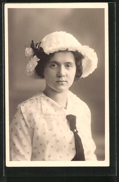 afe608fffda Ansichtskarte Junge Frau mit weissem Hut