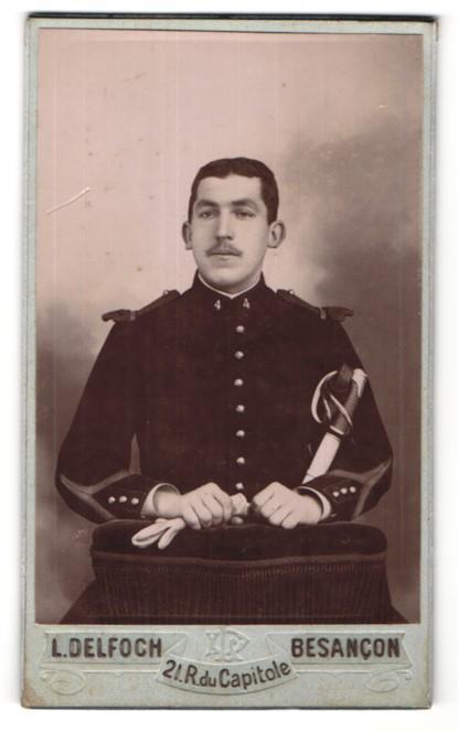 Photo L. Delfoch, Besancon, französischer Soldat Rgt. 4 en uniforme avec Säbel