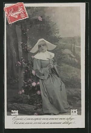 Ansichtskarte Nonne mit Kruzifix vor einem Kreuz