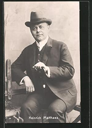 Ansichtskarte Schauspieler Heinrich Matthaes mit Stock sitzend