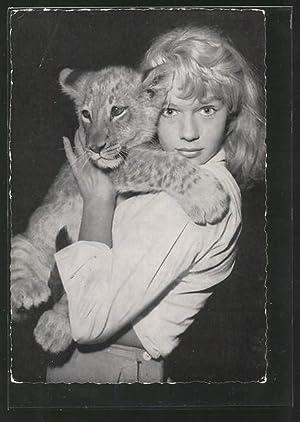 Ansichtskarte Schauspielerin Marion Michael mit einem Löwen
