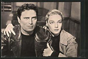 Ansichtskarte Schauspielerin Simone Signoret umarmt den Schauspieler
