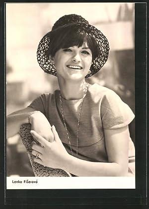 Ansichtskarte Schauspielerin Lenka Fiserová lächelnd mit Hut
