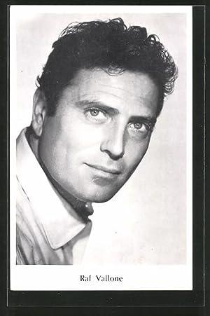 Ansichtskarte Schauspieler Raf Vallone in Kamera blickend