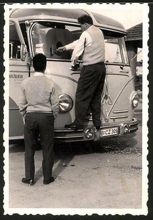 Fotografie Bus Magirus Deutz, Busfahrer hantiert an
