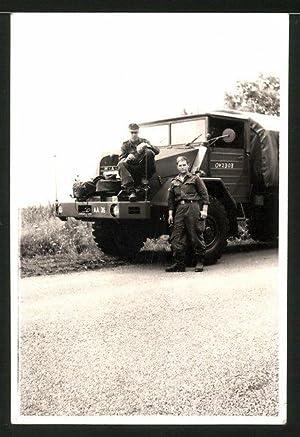 Fotografie LKW MAN, Bundeswehr-Soldaten mit Lastwagen
