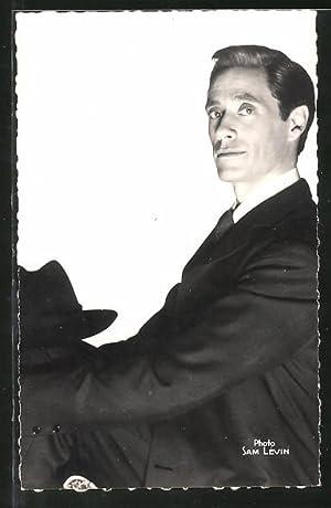 Ansichtskarte Schauspieler Mel Ferrer mit Hut posierend