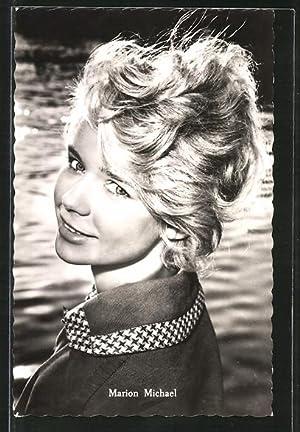 Ansichtskarte Schauspielerin Marion Michael lächelnd über Schulter