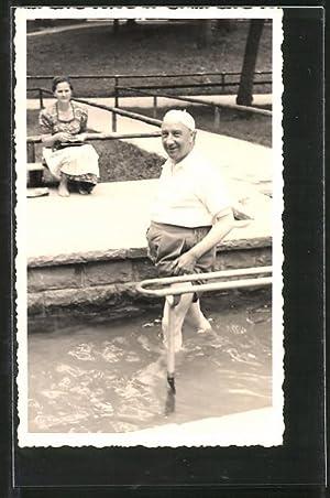 Foto-Ansichtskarte Kurgast nimmt ein Kneippbad