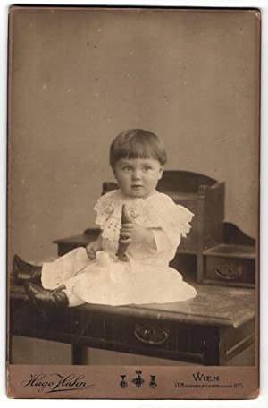 Fotografie Hugo Hahn, Wien, Baby im Taufkleid