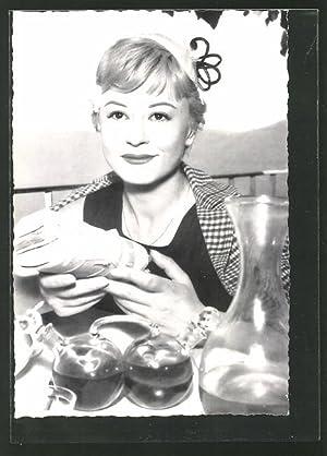 Ansichtskarte Schauspielerin Giulietta Masina im Restaurant