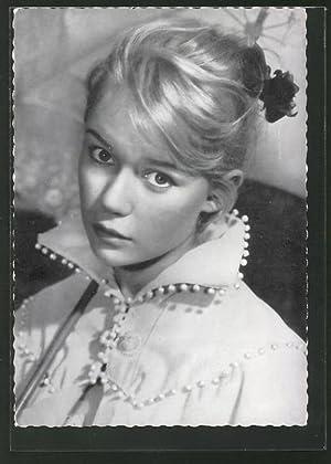 Ansichtskarte Schauspielerin Marion Michael blickt in die
