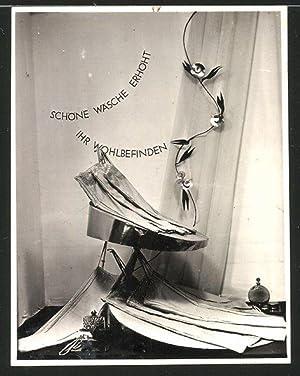 Fotografie Schaufenster-Auslage mit Kleidung, Parfüm-Flacon's, Schöne Wäsche