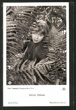 Ansichtskarte Schauspielerin Marion Michael durch Blätter schauend