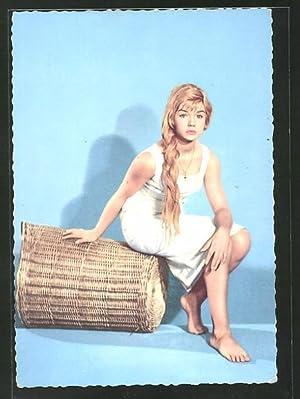 Ansichtskarte Schauspielerin Marion Michael auf einem Korb