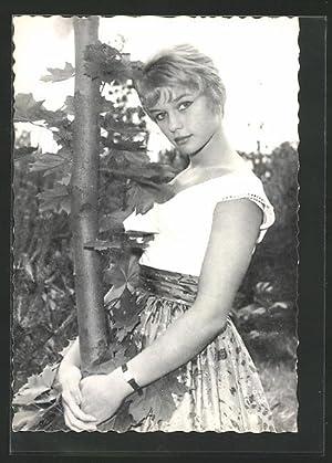 Ansichtskarte Schauspielerin Marion Michael einen Baumstamm umarmend
