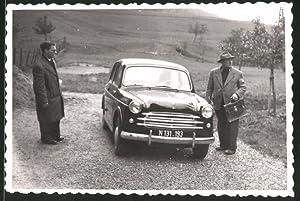 Fotografie Auto Fiat 1100 N, Männer stehen