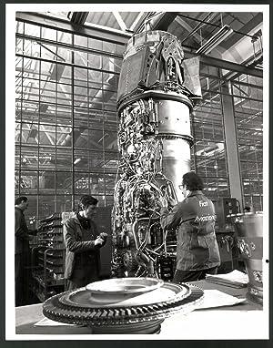 Fotografie Fiat Aviazione, Techniker bauen eine Turbine
