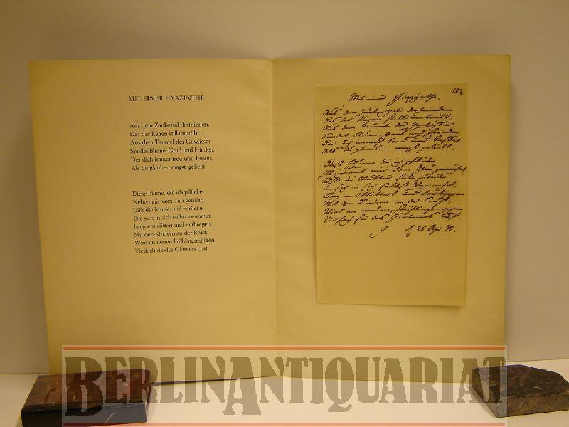 Mit einer Hyazinthe. Faksimile.: Goethe, Johann Wolfgang
