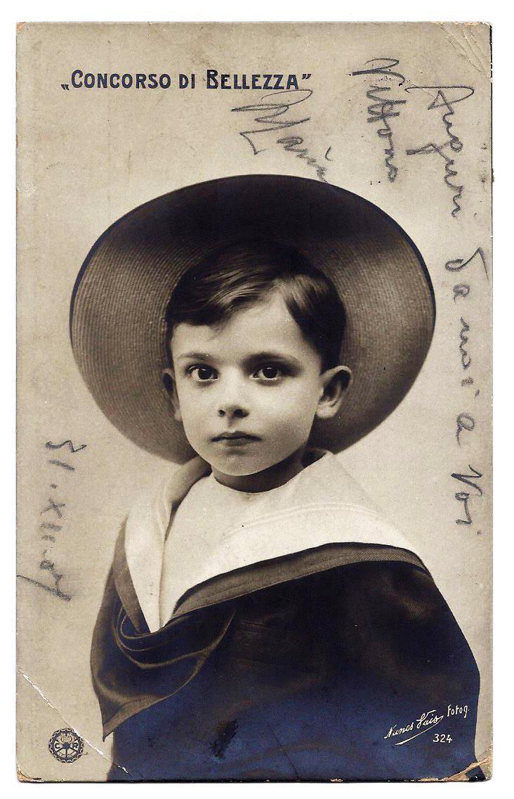 Bambino con cappello.