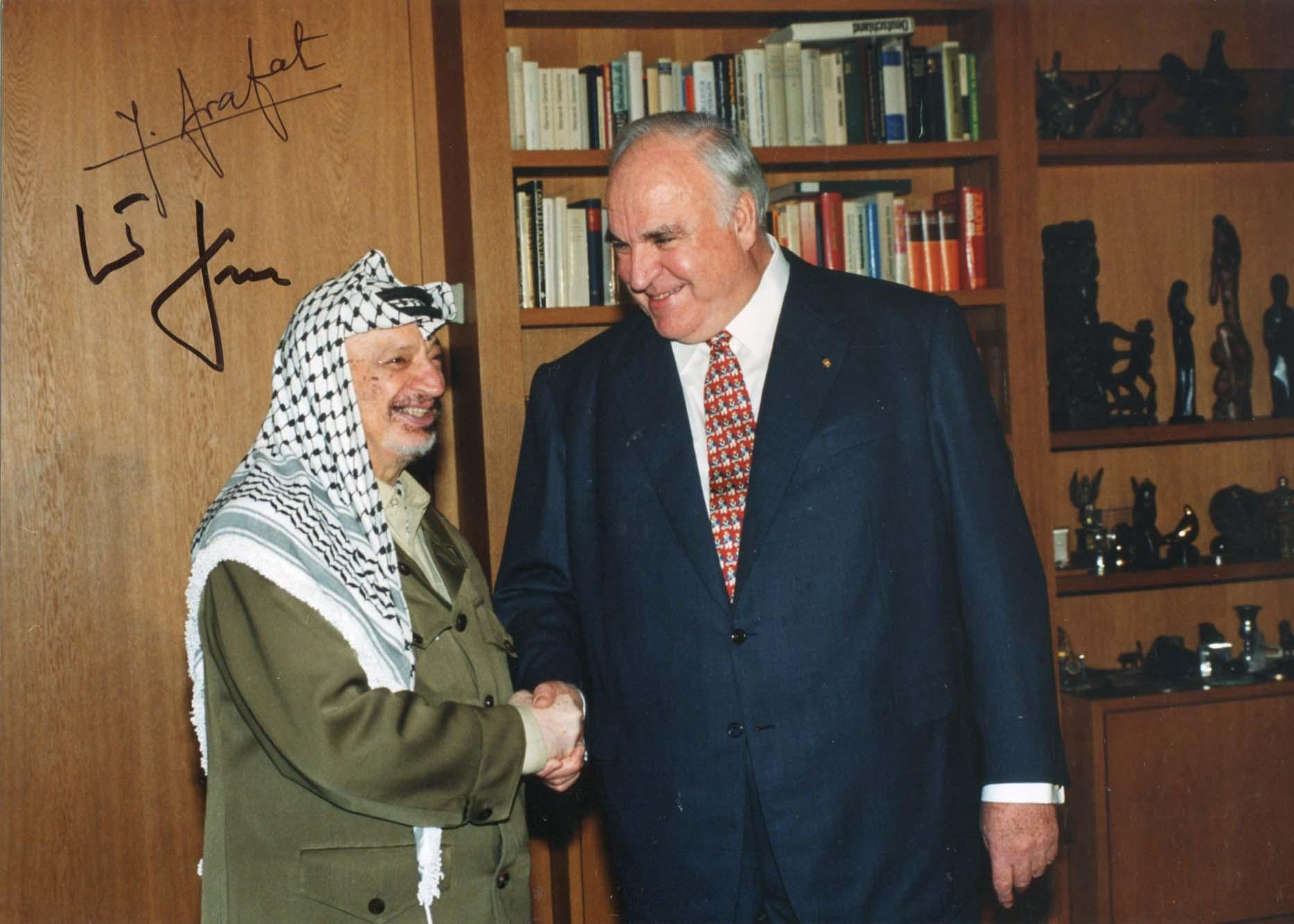 Arafat, Yasser & Kohl, Helmut & Chancellor of Germany from 1982 to 1998 - Autograph Yasser & Helmut Arafat & Kohl (1st President of the Palestinian N Arafat, Yasser & Kohl, Helmut & Chancellor of Germany from 1982 to 1998 Signed press photograph, shows Yasser Arafat and Helmut Kohl during a meeting in Germany (23.-25.10.1997), 9,5 x 6,75 inch, signed by Yasser Arafat in black ink and by Helmut Kohl in black sharpie, with slightly trimmed edges - in fine to very fine condition.