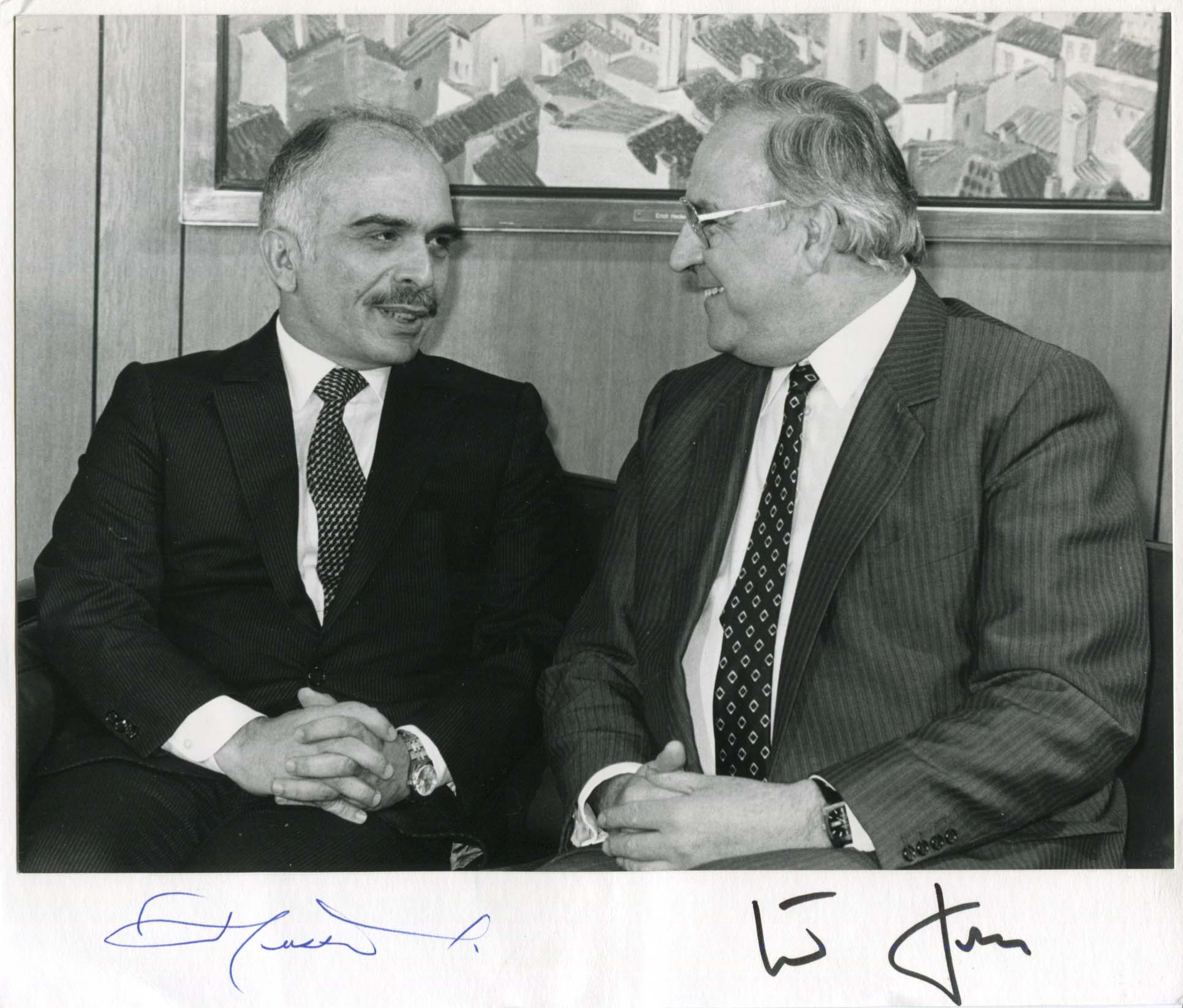 of Jordan, King Hussein & Kohl, Helmut - Autograph King Hussein & Helmut of Jordan & Kohl (King of Jordan & German conservative politician and states of Jordan, King Hussein & Kohl, Helmut Signed cardboard - with an affixed glossy press photograph, shows Hussein bin Talal King of Jordan and Helmut Kohl during a meeting, 9,75 x 8,25 inch, signed by King Hussein of Jordan in blue ballpoint ink and by Helmut Kohl in black felt tip, in very fine condition.