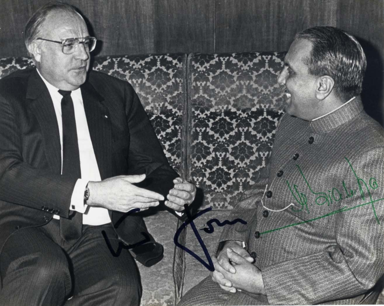 Zia-ul-Haq, Muhammad & Kohl, Helmut - Autograph Muhammad & Helmut Zia-ul-Haq & Kohl (sixth President of Pakistan from 1978 until his death in 1988 &  Zia-ul-Haq, Muhammad & Kohl, Helmut Signed glossy photograph, shows Muhammad Zia-ul-Haq during a meeting with Helmut Kohl (13.03.1985), 6,5 x 5,25 inch, signed by Zia-ul-Haq in green ink and by Kohl in black felt tip, with trimmed edges - in fine to very fine condition.