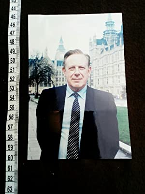 ORIGINAL hand signed House of Commons autograph card + original photograph. Konvolut bestehend au...