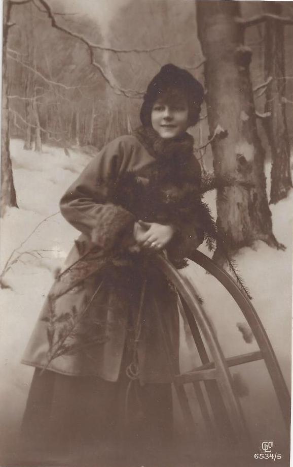 8d79bdbb696 Junge Frau mit Rodelschlitten  Postkarte