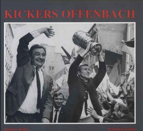 Kickers Offenbach. Fotografien von 1901-1995 Daniela, Kohls: Hardcover geb., ill. HC., 72 Seiten; zahlr. Abb.; sehr gut erhalten. Die Lieferung erfolgt gegen Vorauskasse (reg. Paketversand innerhalb Deutschlands; Auslands