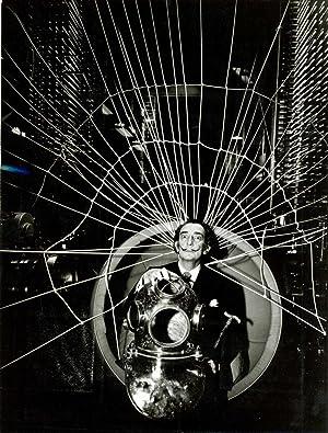 Dali photographié avec son scaphandre à l¿imprimerie Draeger: DALI Salvador