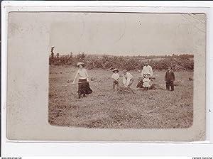 Carte postale ancienne Environs de ROUVRAY : carte photo d'une scène de fenaisons (foins)