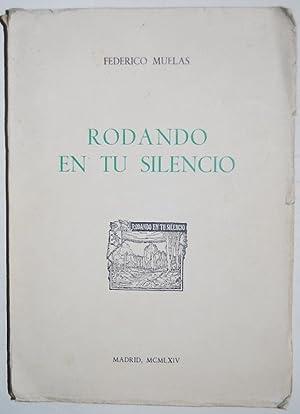 RODANDO EN TU SILENCIO. Poemas. 1ª edición: MUELAS, Federico