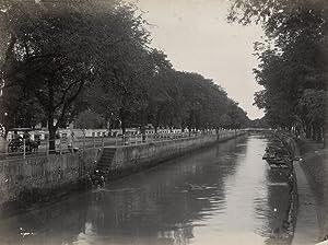 De Tjiliwoeng tussen Noordwijk en Rijswijk te Batavia. Links in het midden het uithangbord van ...
