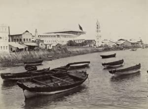 Sultans Palast with small boats in front.: ZANZIBAR.
