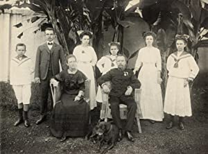Groupportrait of a dutch family in Indonesia, Father 1st lieutenant hussar.: JAVA.
