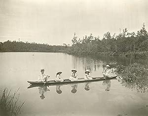 Gezicht op rivier te Langkat met een kano.: ERNST, H.